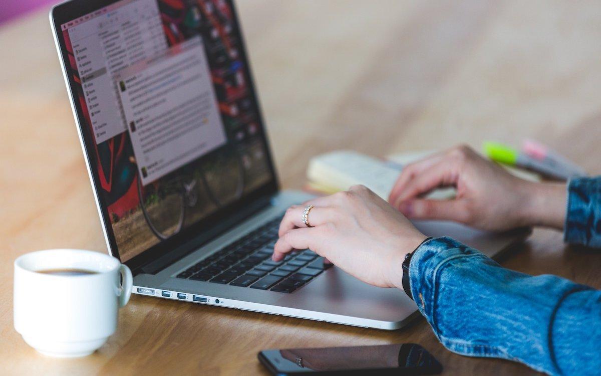 instant-messege-on-laptop.jpg